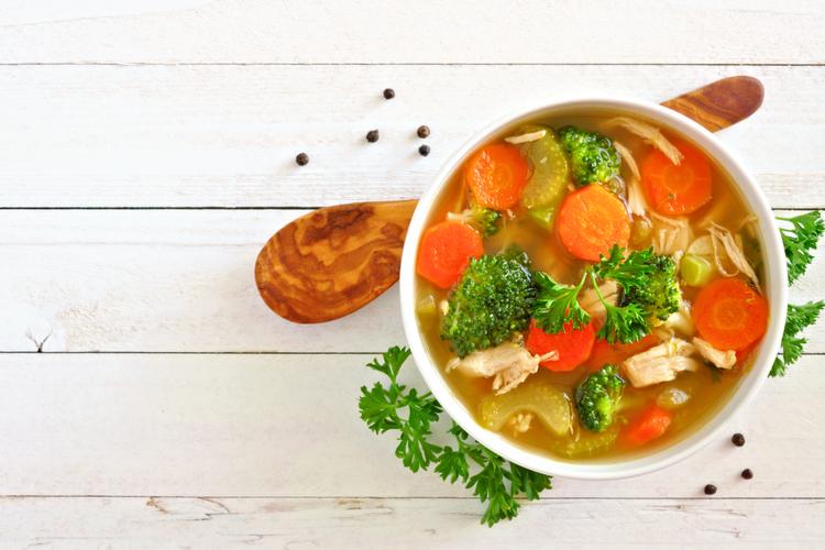 野菜スープを飲む