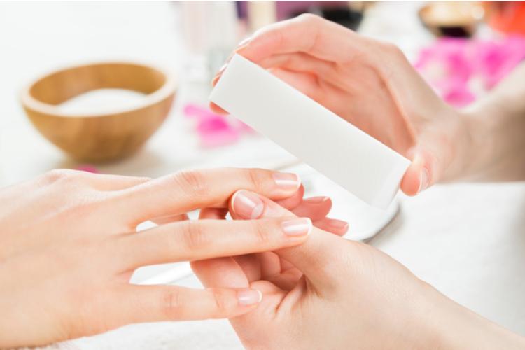 爪の表面を磨く