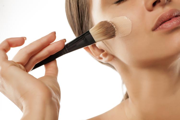 頬の周りは自分の肌の色を使おう