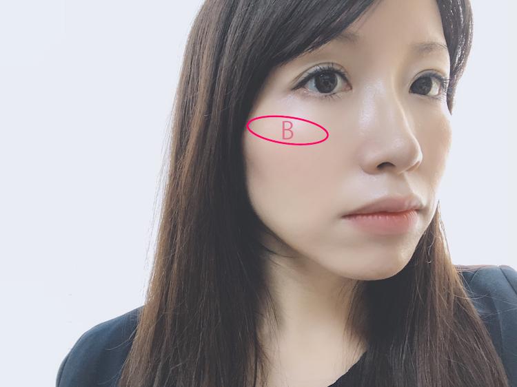 画像のBの位置、頬骨の高い部分を基点に、横に伸ばす