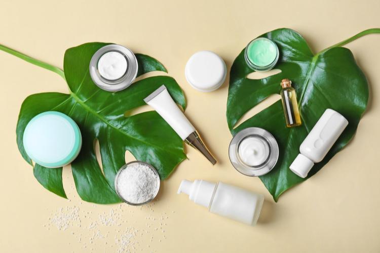 化粧水、美容液、乳液、クリームを重ねて保湿する