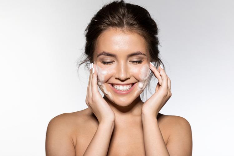 洗顔に気を配ることも保湿ケアの一部