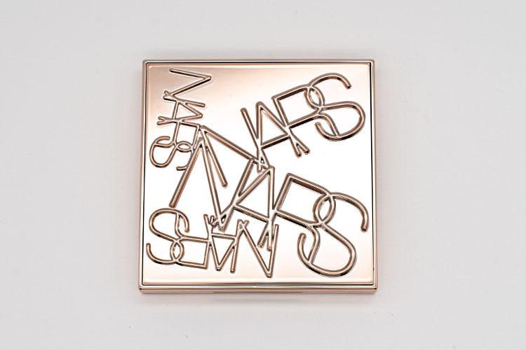 NARSのブランドロゴを散りばめたゴールドの限定パッケージ