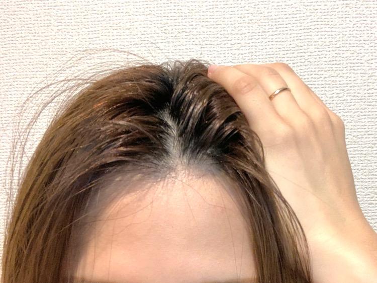 立ち上げたい前髪の根本を水で濡らす。
