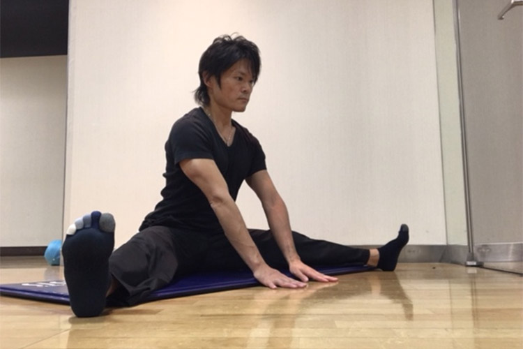 股関節内転筋群へのストレッチ