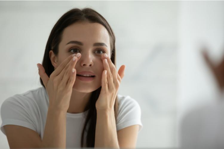 目もと・口もとのハリツヤ不足は目立ちやすい